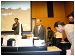 ハジマリの塔の質疑応答場面。選定委員の方々に笑顔。