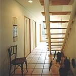 玄関 家族の寝室が並んでいる廊下は玄関との兼用。床はテラコッタタイルを貼り、犬の居場所にも利用。