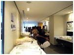 会場ロビーに展示された応募作品に熱心に見入る来場者の方々。