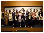 受賞式後、選定委員の先生方を囲んで皆笑顔で記念撮影。