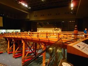 6階吹き抜けにかかる原寸大(長さは半分)に復元された日本橋