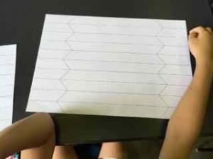 配られた紙を山折り、谷折り