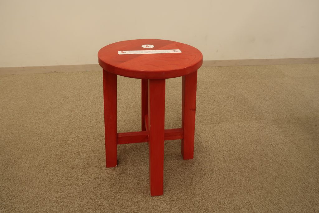 赤く塗られた「赤い椅子」。 思い出やストーリーが記されたステッカーも貼られています