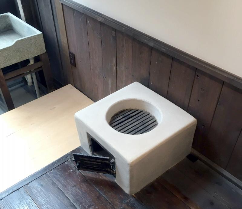 成瀬先生宅の台所にあった竃(かまど)。左上に人研ぎの流しも見える。