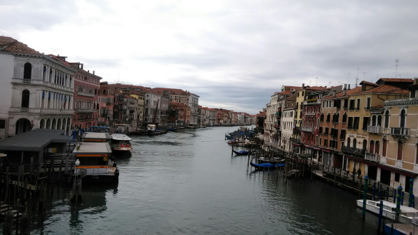 往来が激減した大運河。リアルト橋からの眺め
