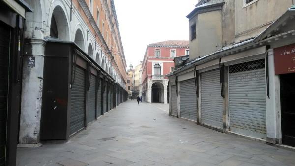 シャッターの閉まった店が並ぶ通り。リアルト橋近くにて