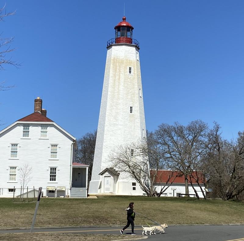 近所の国立公園(Sandy Hook, Gateway National Recreation Area)内にあるサンディフック灯台は、現在アメリカ国内で使われている灯台で最古のもの。4/9より閉鎖していたが、急遽5/9より開放が決定。