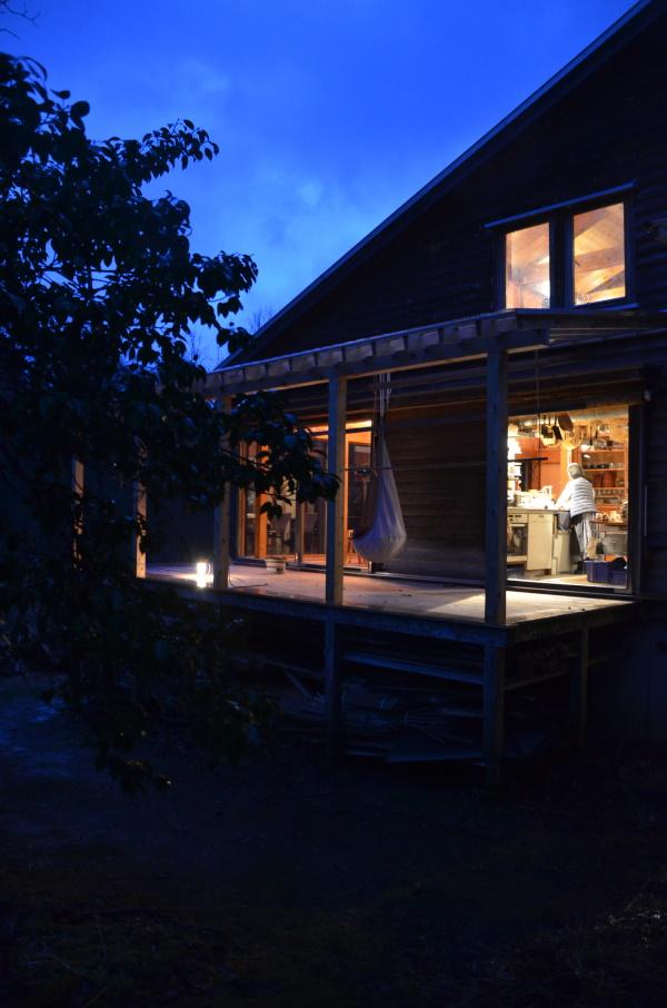 画像3 暖かい季節には夜にデッキで食事をすることも。フクロウやカエルの鳴き声が聞こえる。
