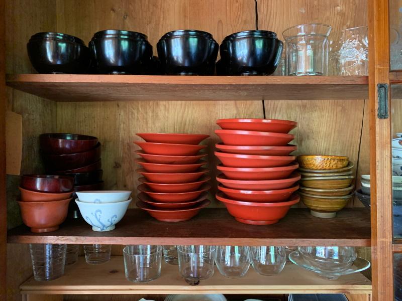画像5 古い輪島塗を譲り受けて毎日使っている。中央の赤い平椀は蓋を取り皿に、身は汁物から和え物と使いやすい形。上段の黒い四つ椀は入れ子になるので便利。