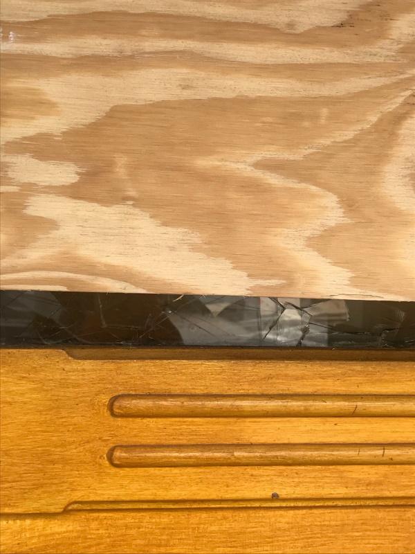 ガラスが割られた近所のレストラン Photo:山本さと子